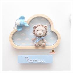 Leão com Avião - Nuvem M - Placa Colorida - Porta Maternidade